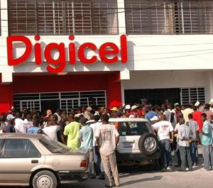 Customers in front of a Digicel office. Photo credit: Digicel Panama website